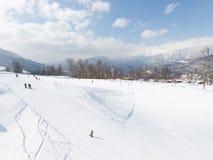 Estación de esquí en las montañas nevosas, Sochi Fotos de archivo