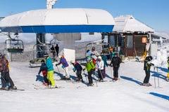 Estación de esquí Kopaonik, Serbia, remonte, cuesta, esquí de la gente Fotos de archivo