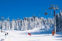 Estación de esquí Kopaonik, Serbia, remonte, esquiador y snowboarder en el piste Imagen de archivo