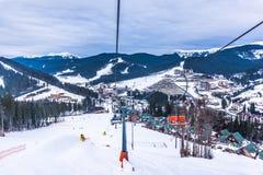 Estación de esquí moderna en las montañas cárpatas Fotografía de archivo