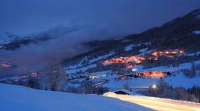 Estación de esquí por noche en invierno Fotos de archivo libres de regalías