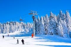 Estación de esquí, remonte, cuesta, esquí de la gente Imagen de archivo