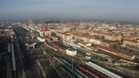Estación de ferrocarril de Centrale de Bolonia y pistas y ciudad, Italia Tiro aéreo metrajes