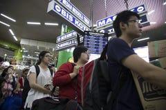 Estación de Gambir - multitud de Jakarta con el hogar de la vuelta de la gente para Iedul Imágenes de archivo libres de regalías