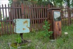 Estación de gasolina abandonada durante verano en el pueblo olvidado perdido fotos de archivo