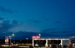 Estación de gasolina en la noche Imagen de archivo libre de regalías
