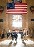 Estación de Grand Central y bandera americana en NYC Foto de archivo libre de regalías