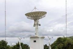 Estación de la antena parabólica de alta tecnología o de los telescopios de radio y polo de la antena de radio el día del cielo n foto de archivo