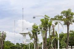 Estación de la antena parabólica de alta tecnología o de los telescopios de radio y polo de la antena de radio el día del cielo n imagenes de archivo