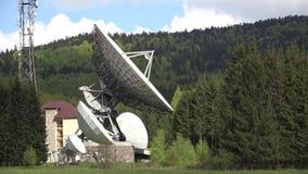 Estación de la antena de satélite en el medio del bosque verde almacen de metraje de vídeo