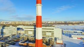 Estación de la calefacción contra el lago y la ciudad grandes en día frío almacen de metraje de vídeo