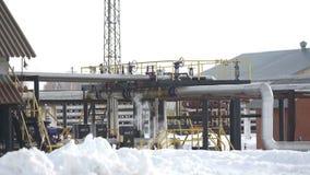 Estación de la calefacción por agua quemando el gas en el yacimiento de gas del aceite metrajes