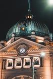 Estación de la calle del Flinders en Melbourne CBD en la noche fotografía de archivo libre de regalías