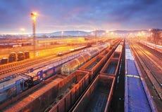 Estación de la carga con los trenes imagen de archivo