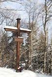 Estación de la cruz en la más forrest nevoso Imágenes de archivo libres de regalías