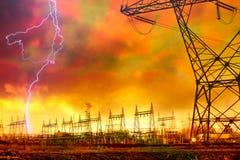 Estación de la distribución de potencia con huelga de relámpago. Imagen de archivo libre de regalías