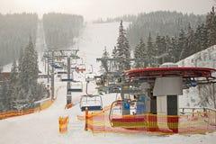 Estación de la elevación de silla del esquí de la montaña Imágenes de archivo libres de regalías