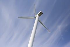 Estación de la energía eólica contra el cielo azul Imagen de archivo