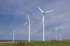 Estación de la energía eólica contra el cielo azul Fotografía de archivo