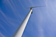 Estación de la energía eólica contra el cielo azul Foto de archivo