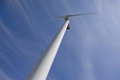 Estación de la energía eólica contra el cielo azul Imagen de archivo libre de regalías