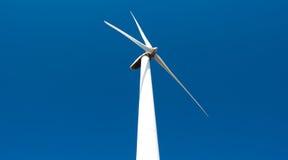 Estación de la energía eólica - turbina de viento contra el cielo Imágenes de archivo libres de regalías