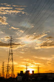 Estación de la energía eléctrica en la salida del sol Foto de archivo