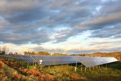 Estación de la energía solar en dramáticamente la naturaleza de la primavera Fotografía de archivo libre de regalías