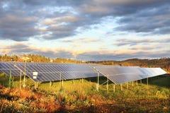 Estación de la energía solar en la naturaleza fotos de archivo libres de regalías