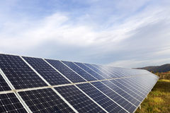 Estación de la energía solar en la naturaleza del otoño imagen de archivo