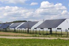 Estación de la energía solar en la naturaleza temprana de la primavera fotos de archivo