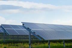 Estación de la energía solar en un campo Imagen de archivo