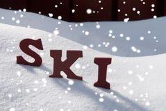 Estación de la Navidad de Ski On Snow With Snowflakes Foto de archivo