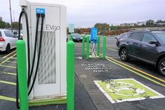 Estación de la recarga del coche eléctrico de EVgo en Danbury Fotografía de archivo