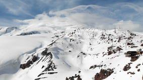 Estación de la visión aérea de un remonte con las cabinas altas en las montañas del Cáucaso en el centro turístico de Elbrus en e almacen de metraje de vídeo