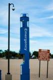 Estación de llamada de policía de la emergencia en la playa fotografía de archivo
