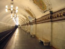 Estación de metro con la configuración clásica Imagen de archivo libre de regalías