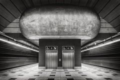 Estación de metro con las líneas convergentes Imágenes de archivo libres de regalías