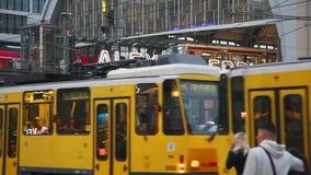 Estación de metro de Alexanderplatz en Berlín metrajes