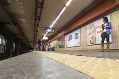 Estación de metro de Cornelia - el esperar de la gente Imagen de archivo