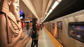 Estación de metro del museo en Toronto almacen de metraje de vídeo