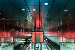 Estación de metro de la ciudad Hamburgo con el juego de la luz Foto de archivo libre de regalías