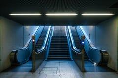 Estación de metro de la escalera móvil nadie amarillo azul Li de arriba de la luz del día Imagenes de archivo