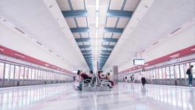 Estación de metro limpia y brillante en Hong Kong almacen de metraje de vídeo