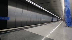 Estación de metro Lomonosovsky Prospekt -- es una estación en la línea de Kalininsko-Solntsevskaya del metro de Moscú, Rusia almacen de metraje de vídeo