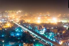 Estación de metro de Noida en la noche contra el paisaje urbano Imagen de archivo libre de regalías