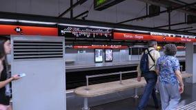 Estación de metro subterráneo moderna de la estación de tren de Torras i Bages metrajes