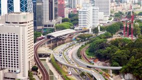 Estación de metro de time lapse con el tráfico Kuala Lumpur, Malasia Cacerola para arriba almacen de metraje de vídeo