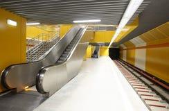 Estación de metro vacía imagenes de archivo