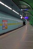 Estación de metro vacía en Munich en Böhmerwaldplatz en la noche, 2015 Foto de archivo